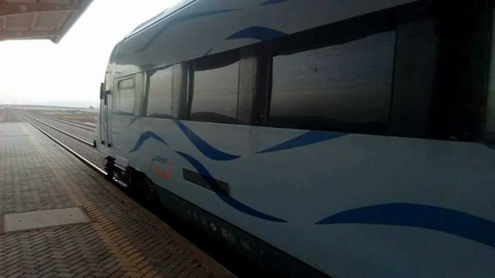 train dans la gare ferroviaire de telagh